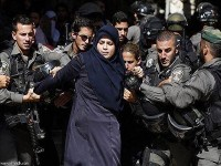 امرأة-فلسطينية-مقاومة-بعزم-أمة